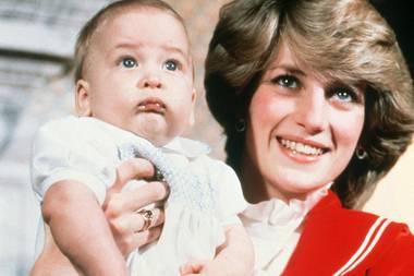 Dezember 1982  Etwas unsicher sieht der kleine Prinz William auf Mama Dianas Arm seinem ersten Weihnachtsfest im Kensington Palast entgegen.