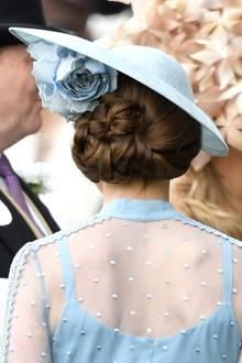 Herzogin Catherine trägt ihr Haar nämlich nicht einfach zu einem Chignon gestylt. Kates Haar ist Schicht für Schicht präzise aufgerollt und hochgesteckt. Ein echtes Kunstwerk!