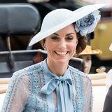 Beim Royal Ascot zeigt sich Herzogin Catherine nicht nur in einem zauberhaften Look, sondern auch mit einer ganz besonders aufwendigen Frisur. Kate trägt einen tiefen, leicht seitlichen Dutt - ein Hut und eine großeBlume runden ihren Hairstyle ab. Doch vor allem auf den zweiten Blick fällt auf, wie besonders die Dutt-Frisur ist ...