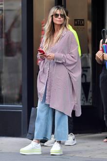 In einem XL-Blusenkleid wird Heidi Klum in New York gesichtet. Das Model befindet sich unmittelbar in einer Shopping-Tour und entscheidet sich für ein bequemes Outfit. Denn zu ihrer Oversized-Bluse trägt sie eine weit geschnittene Schlaghose und Schuhe, die eine 90-Jahre-Nostalgie aufkommen lassen ...