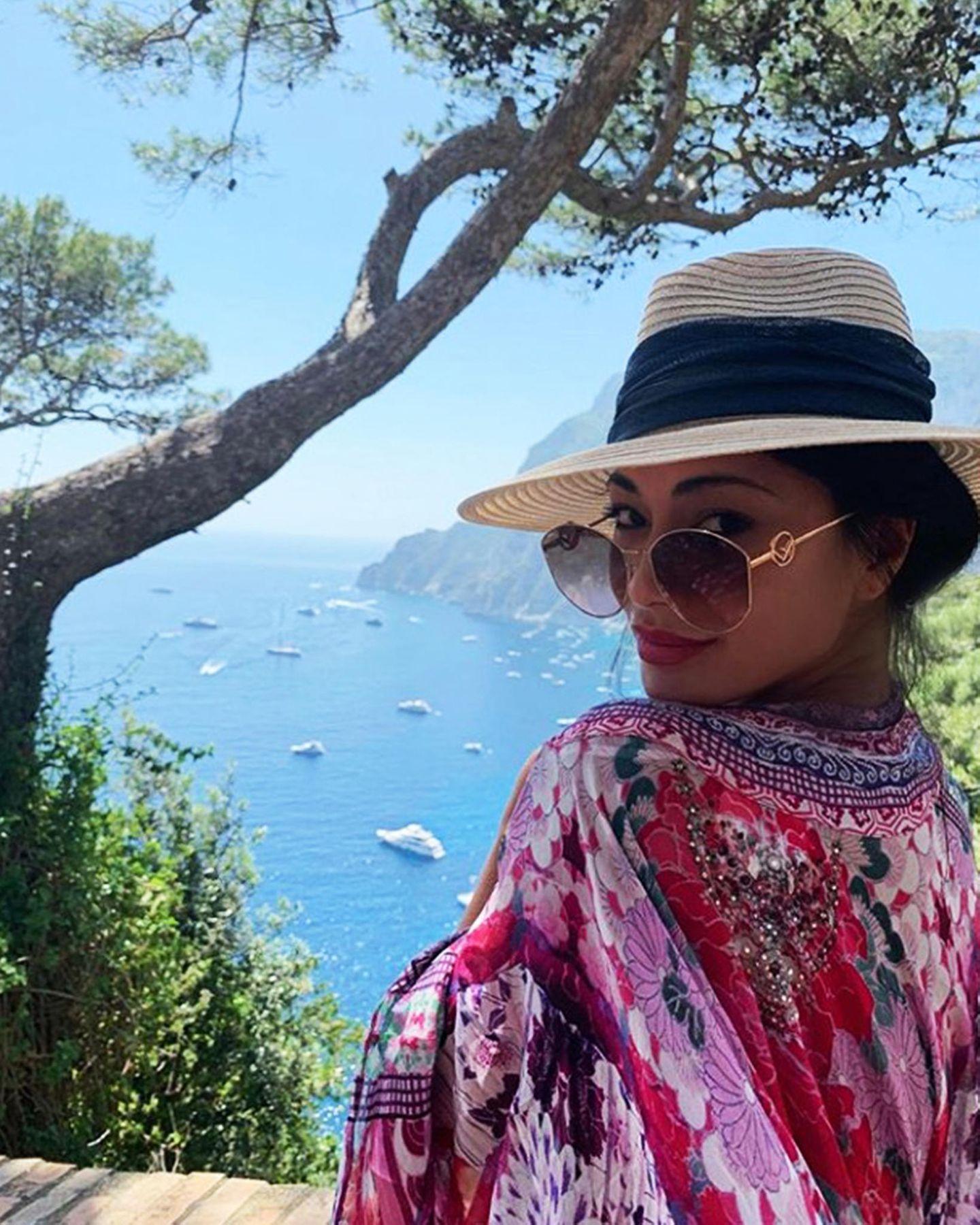 Mit verführerischem Blick über die Ränder ihrer Sonnenbrille grüßt Nicole Scherzinger von der beliebten Insel Capri.