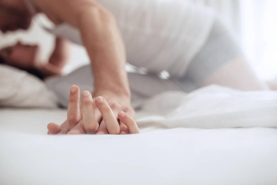 Pärchen kuschelt, Kuscheln, Romantik, Zuneigung, Liebe