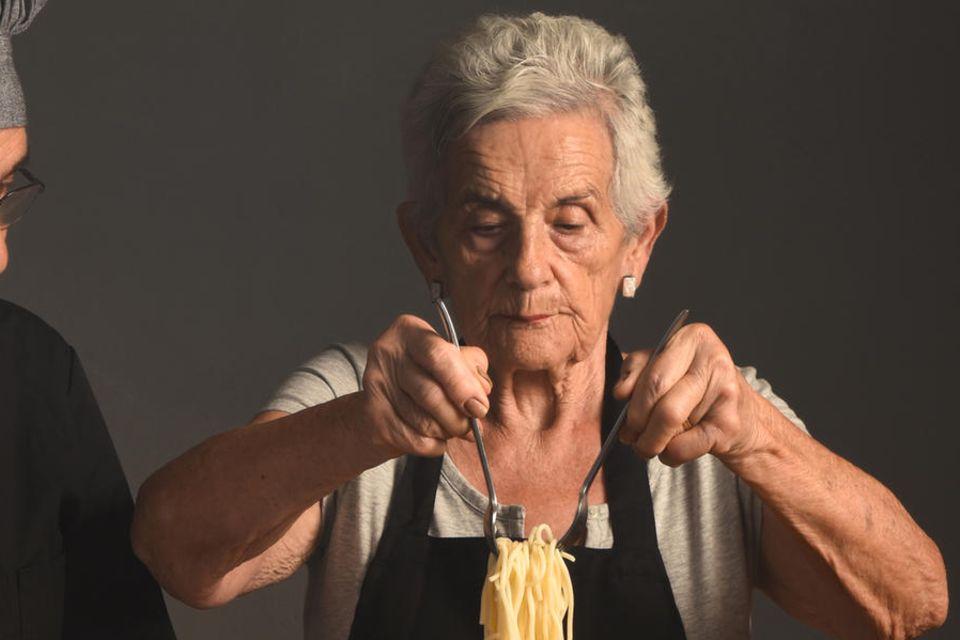 Frau kocht Spaghetti
