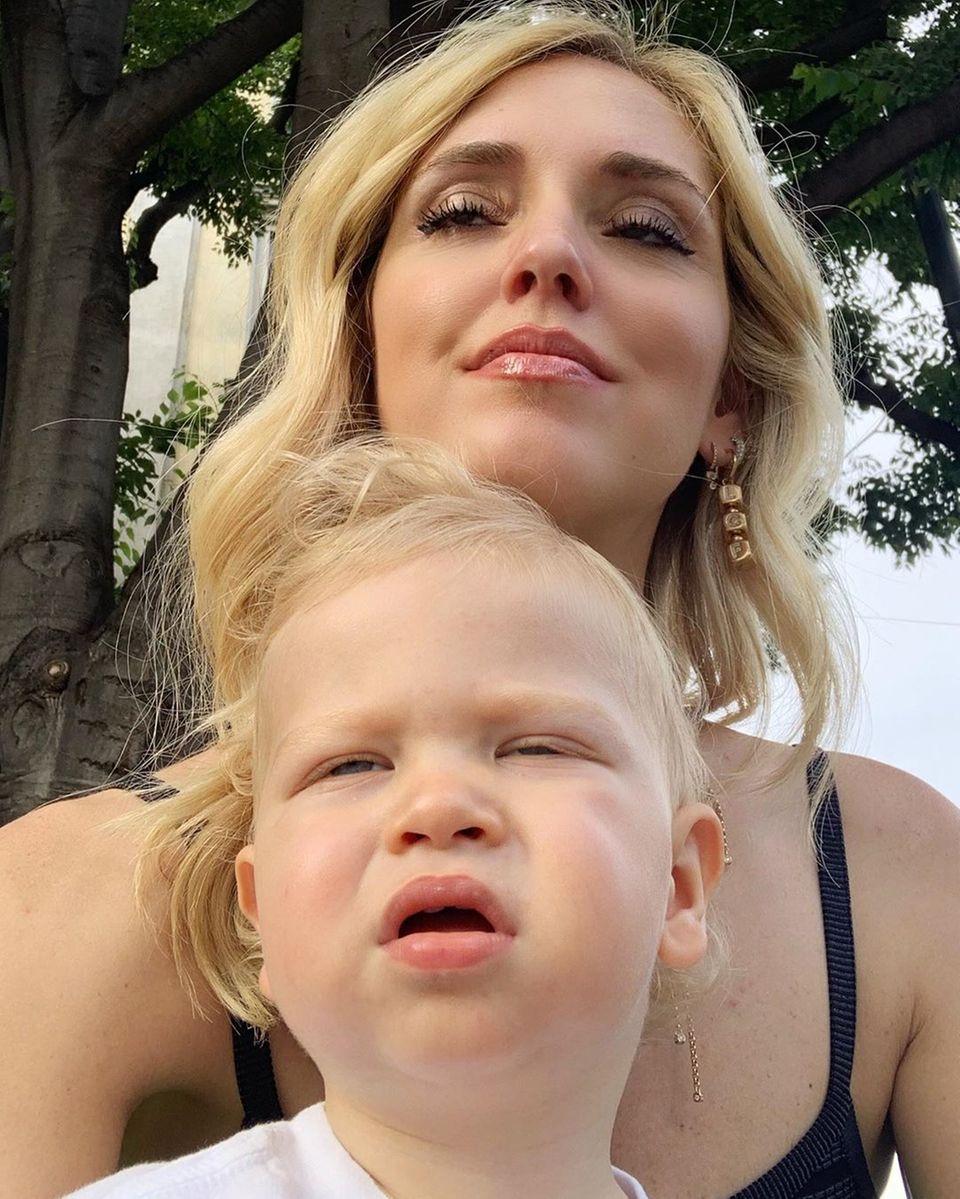 20. Juni 2019  Auweia, da ist aber jemand müde! Chiara Ferrgani versucht mit ihrem Sohn Leone ein schönes Foto zu schießen. Doch beidescheinen vor Müdigkeit ihre Augen nicht ganz offen halten zu können.