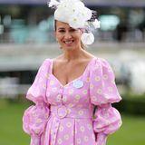 Nazer Bullen, eine PR-Dame aus London, trägt in Ascot das gleiche Kleid. Dazu kombiniert sie eine kleine Handtasche von Dior und einen weißen Faszinator.