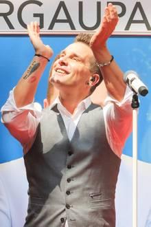 """Bei seinem Auftritt in einem Thüringer Einkaufszentrum, kann man gut das Tattoo von Sänger Eloy de Jong erkennen. Die Tätowierung am Arm des """"Caught in the Act""""-Stars ist mit Schriftzug und einem Flügelseinem verstorbenen Sohn Milon und mit einem Kussmund seiner Tochter Indy gewidmet."""
