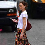 Cool, cooler, Katie Holmes: In einem geblümten Maxi-Rock, weißem Shirt und Sandalen schlendert sie durch die Straßen New Yorks.