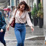 Wenige Tage zuvor musste Katie Holmes schon ein mal durch den Regen. In blauer Jeans, Sandalen und beiger Bluse trotzt sie dem gar nicht sommerlichen New Yorker Wetter.