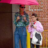 Katie Holmes ist zusammen mit Töchterchen Suri auf den nassen Straßen New Yorks unterwegs. Beide genießen ein Heißgetränk, das ihre Laune nicht wirklich zu verbessern scheint.