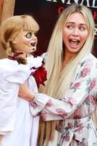 """20. Juni 2019  Horrorfigur""""Annabelle"""" lehrt uns im Film """"Annabelle Comes Home"""" wieder das Fürchten. Auch ModelCorinne Olympios zeigt sich bei der Premiere in Westwood erschrocken."""