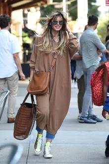 Auch in Oversized-Pullover, Jeans und Chucks macht die Modelmama eine tolle Figur. Ihr Haar weht im Wind, auf ihrer Nase sitzt eine XL-Sonnenbrille - so geht der legere City-Sommer-Look.