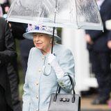 """Der Regen kann der Queen unter ihrem durchsichtigen Schirm nichts anhaben. """"Royal Ascot"""" gehört zu ihren liebsten Terminen im Jahr, klar, dass sie sich keinen Tag entgehen lässt und auch am zweiten Tag vor Ort ist."""