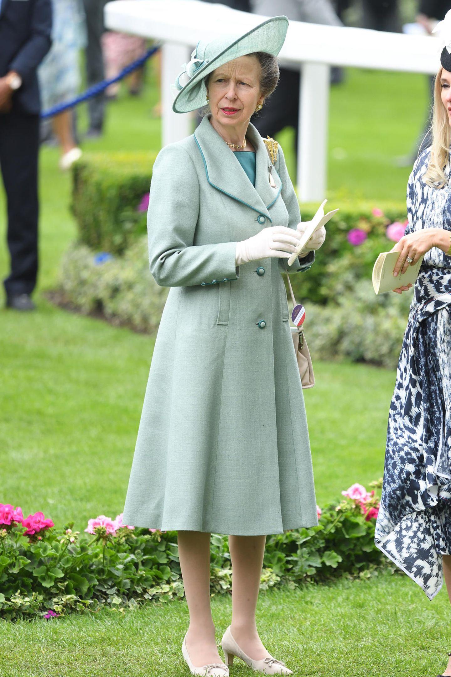 Mit ihrem leicht kritischen Gesichtsausdruck, den Handschuhen und ihrem schicken Kostüm erinnert Prinzessin Anne ein wenig an Mary Poppins.
