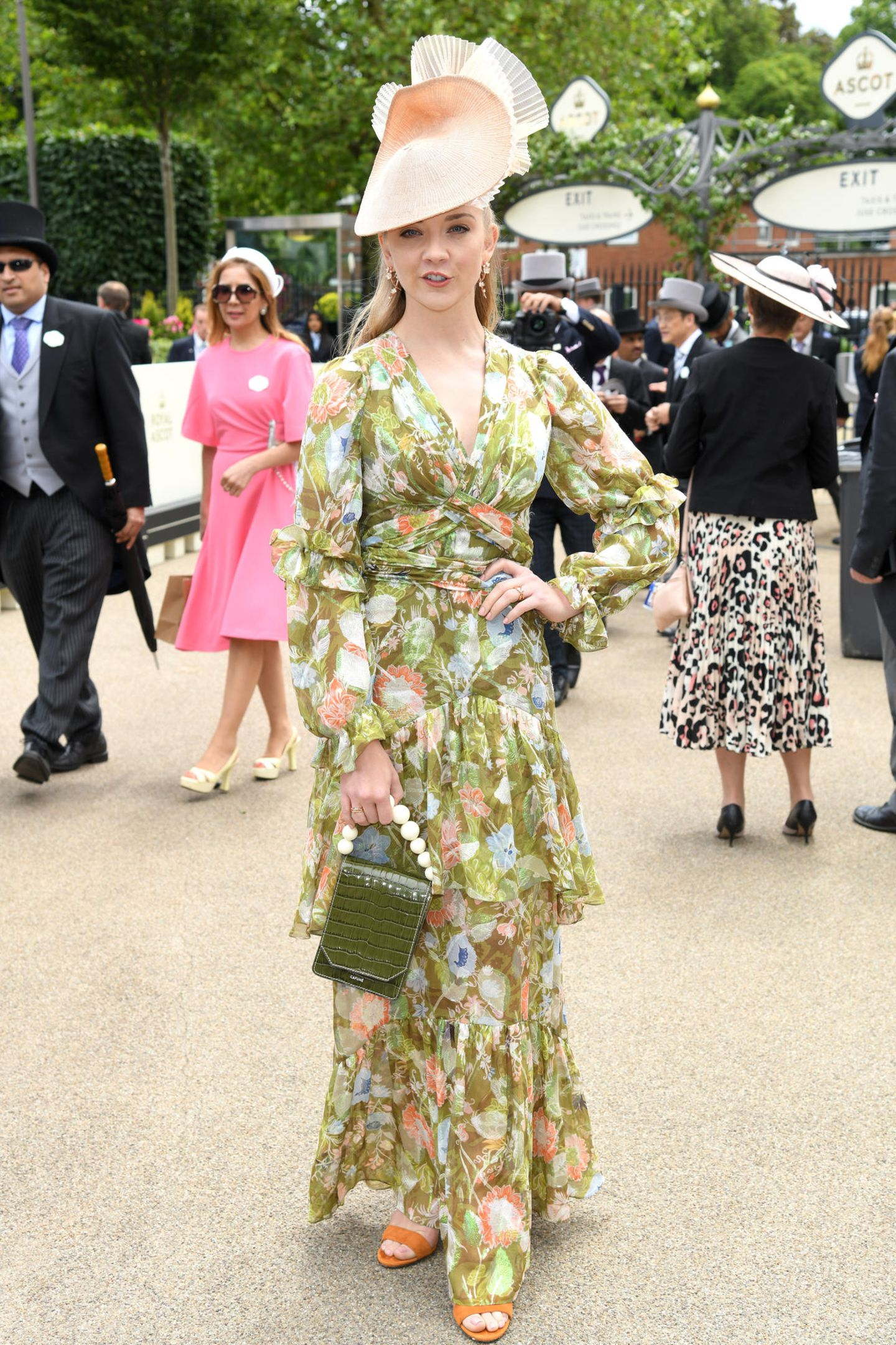 """Natalie Dormer versprüht frühlingshaften Charme. In einem bodenlangen Blumenkleid mit Volants macht der Star aus """"Game of Thrones"""" eine tolle Figur."""