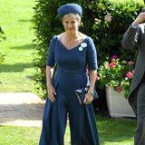 Sophie, Gräfin von Wessex, erscheint in einem stylischen Jumpsuit in Dunkelblau. Ein breiter V-Ausschnitt und die weit-geschnittenen Hosenbeine machen den Look zu einem echten Hingucker.