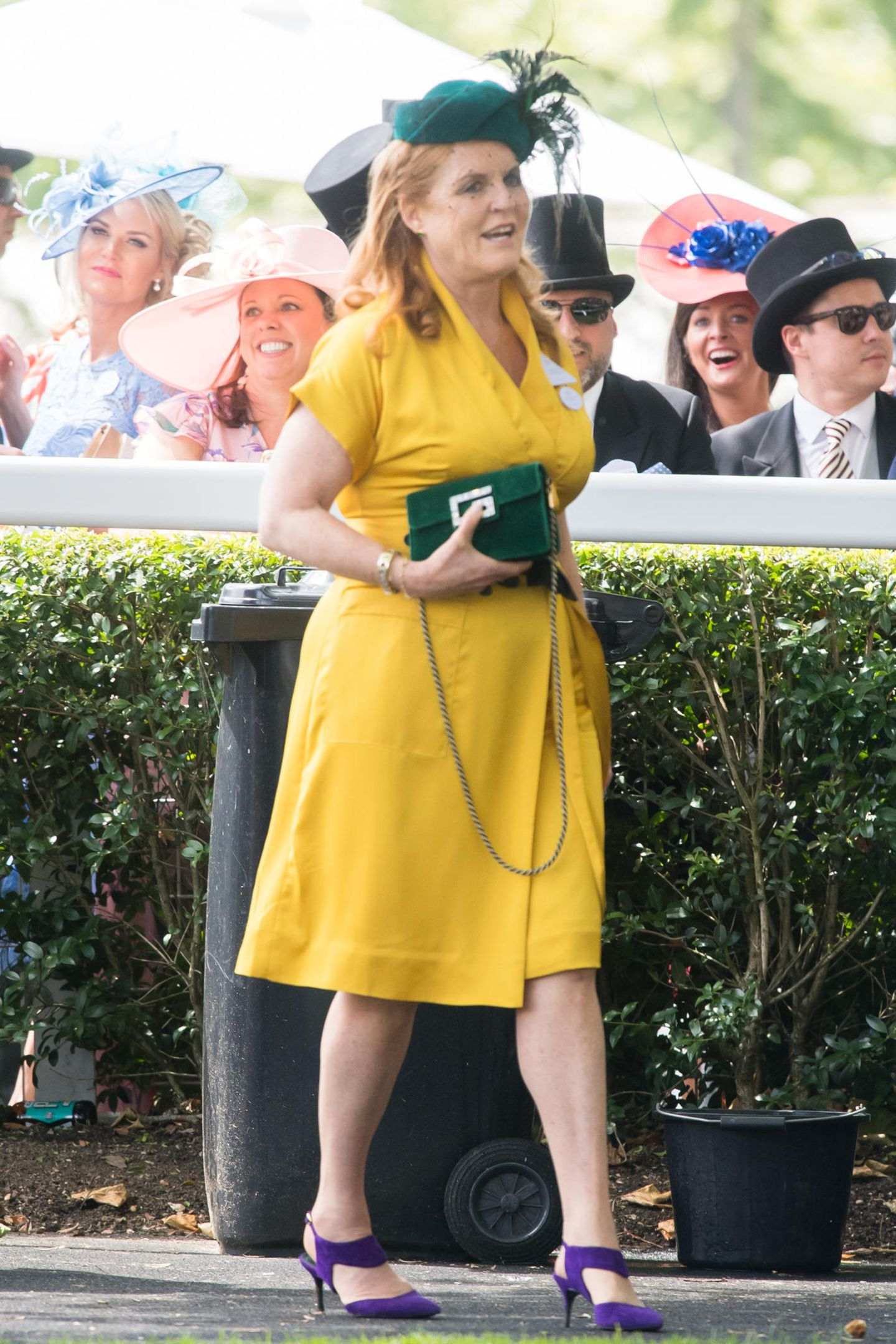 Sarah Ferguson bringt ordentlich Farbe ins Spiel: Sie trägt ein knallgelbes Kleid mit grünen Accessoires und lila Schuhen.