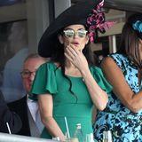 Auch Schauspielerin Demi Moore gehört zu den hochkarätigen Gästen des Events. In einem grünen Kleid mit Rüschenärmeln und mit opulenter Kopfbedeckung nimmt sie auf der Tribüne Platz.