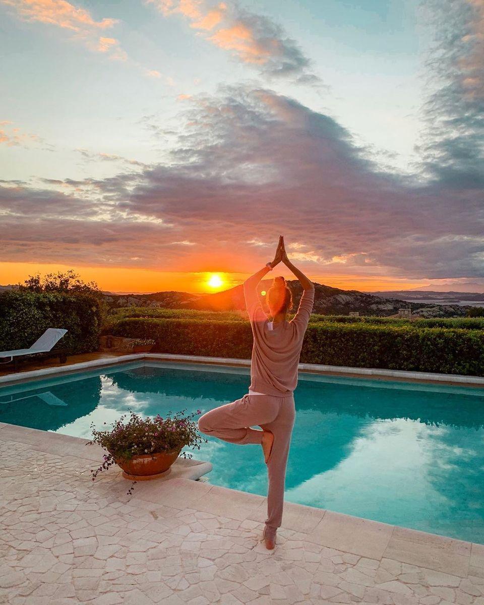 21. Juni 2019  So sieht der Freitagabend bei Alessandra Meyer-Wölden aus. Bei schönstem Sonnenuntergang in Porto Cervo macht das Model eine entspannte Yogasession.