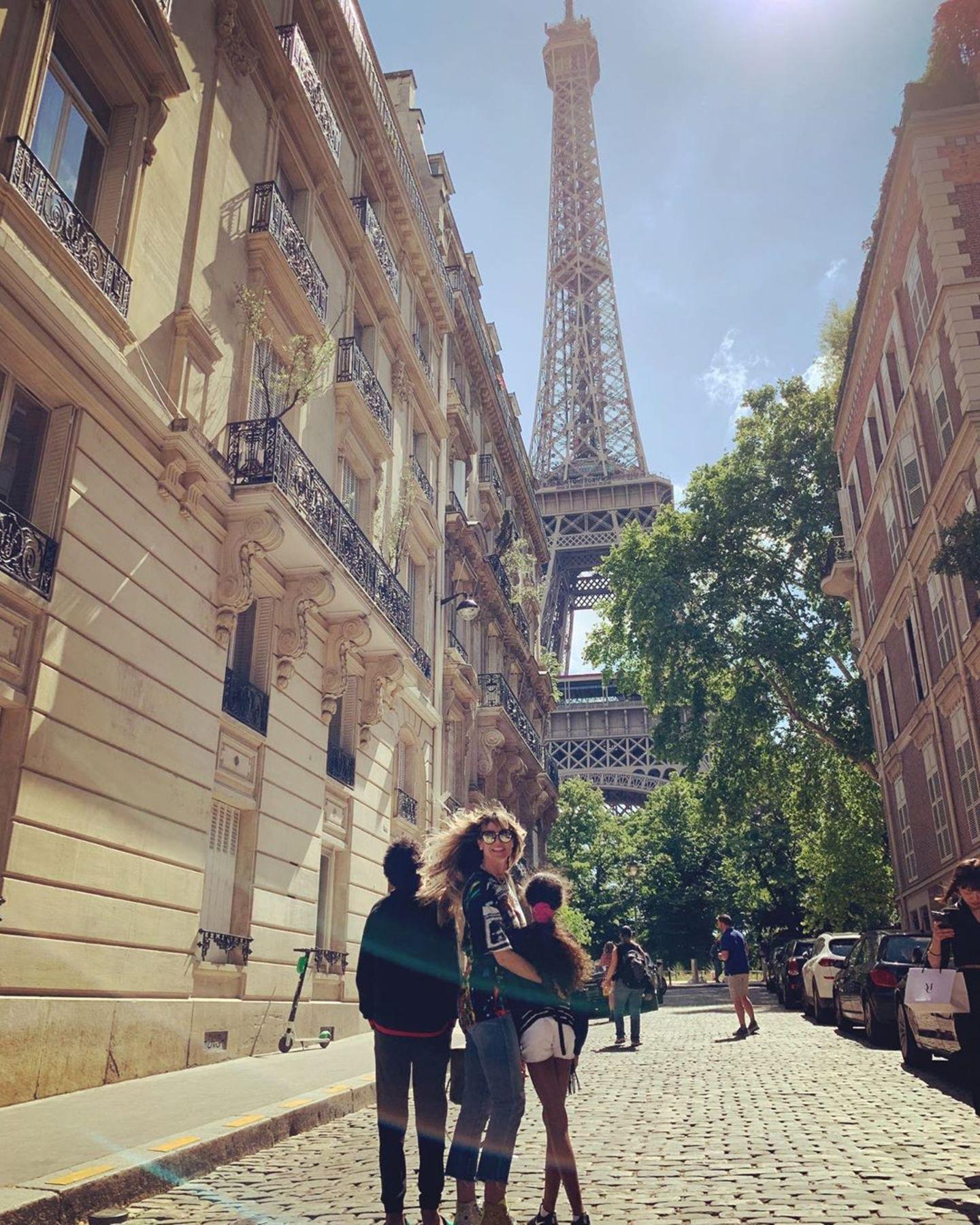 """22. Juni 2019  """"Bonjour Paris"""" schreibt Model Heidi Klum auf Instagram zu dem Schnappschuss vor dem Eiffelturm."""