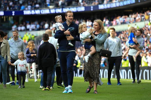 Harry Kane mit seiner Verlobten Katie und den zwei Töchtern im Stadion.