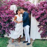 """Zum 6. Hochzeitstag mit seiner Frau Anna schreibt Robert Lewandowski ein paar rührende Worte: """"6. Hochzeitstag, 12 gemeinsame Jahre. Mit dir bin ich der glücklichste Mann der Welt."""" Zu diesem Anlass hat sich das Paar in Schale geworfen. Während sie ein weißes Kleid mit Volants und große Ohrringe trägt, setzt er auf eine sommerliche weiße Hose und ein blaues Hemd. Ein schickes Paar!"""