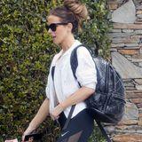 Kate Beckinsale wird beim Verlassen eines Fitnessstudios fotografiert. XL-Sonnenbrille und hochgesteckte Haare kombiniert sie zu einem sportlichen Outfit von Nike; Sport-BH, Blouson, Rucksack und Leggins - ihr Schwarz-Weiß-Look ist fast perfekt. Bis unser Blick auf ihre Schuhe fällt...