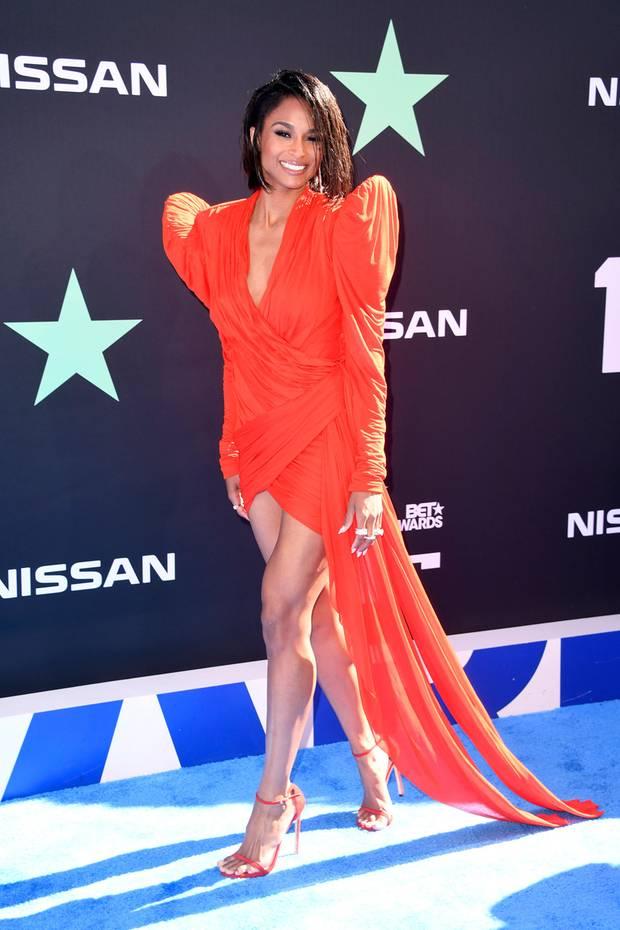 Sängerin Ciara trägt feuriges Rot von Jeal Paul Gaultier und Stuart Weitzman-Schuhe
