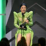 Cardi B nimmt den Preis für das Album des Jahres in einem neongrünen Hingucker-Outfit an