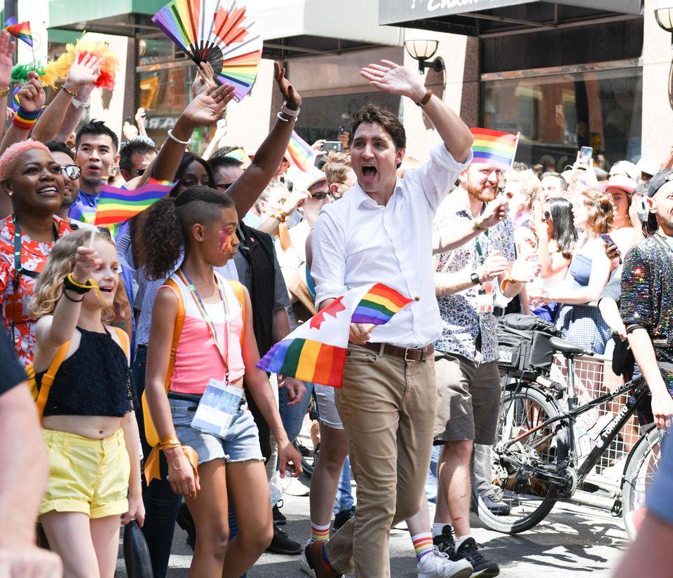 23. Juni 2019  Kanadas Premierminister nimmt am Marsch der 39. Toronto Pride Parade teil und scheut nicht davor Emotionen zu zeigen.