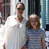 Und auch Tochter Vivienne mag's mit Jeans und grauem T-Shirt ganz lässig. Wer genau hinguckt, entdeckt sogar noch eine Besonderheit: Vivienne trägt jetzt nämlich einen Nasenring.