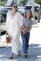 Bei ihrer Shoppingtour ist das Mutter-Tochter-Duo Angelina Jolie und Vivienne in bester Stimmung. Angelinas sommerlicher Kaftan-Look in Weiß sieht auch herrlich bequem aus.