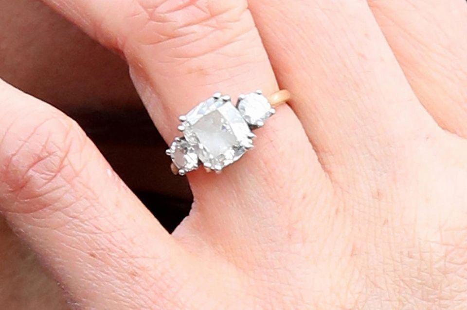 Herzogin Meghan mit der Originalversion ihres Verlobungsrings im Februar 2018