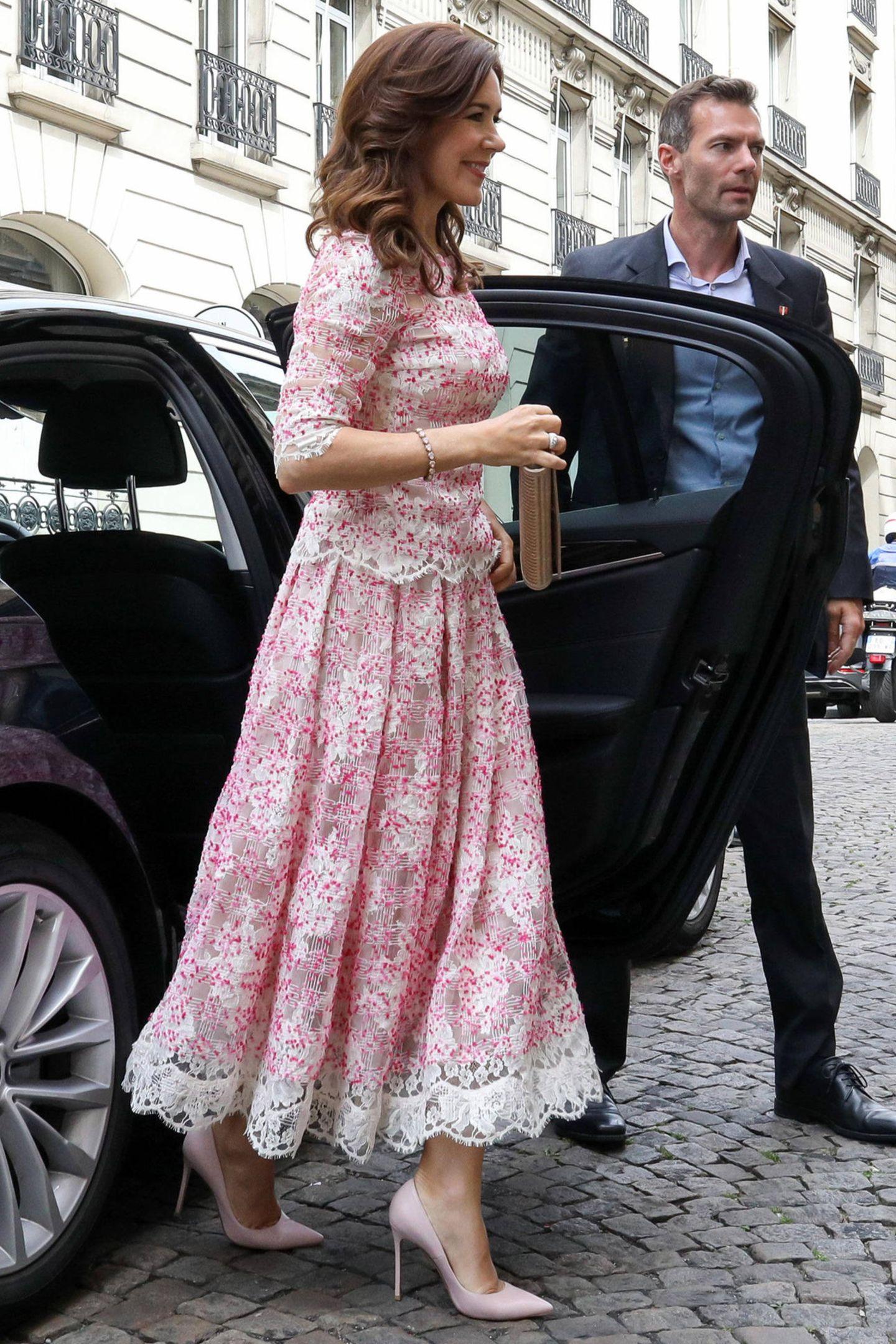 Davor hat die Royal-Ladydie Frederikskirche in Paris besucht und zu diesem Anlass ein rosafarbenes Ensemble gewählt.
