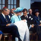 24. Juni 1968  In der Kirche können Margrethe und Henrik die Augen nicht von ihrem kleinen Prinzen lassen.