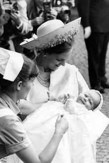 24. Juni 1968  Vor 51 Jahren wurde Prinz Frederik, der zukünftige Kronprinz Dänemarks in der Kopenhagener Holmenskirche. Die zukünftige Königin Prinzessin Margrethe und ihr Prinzgemahl Henrik sind natürlich mächtig stolz auf ihren ersten Sohn.