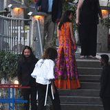 Im Anschluss besuchten die Freunde ein formelles Event. Zuvor hätten wir nur zu gerne Amals Kleid von vorne gesehen, doch dieser Anblick blieb leider verwehrt.