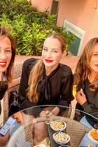 Wir sehen doppelt! Alessandra Meyer-Wölden zeigt mit diesem Bild eindrucksvoll, warum es nicht verwunderlich ist, dass sie selbst zweimal Zwillinge bekommen hat. Ihre Mutter Antonella is nämlich selbst ein Zwilling, und sie und ihre Schwester sehen sich wirklich unglaublich ähnlich.