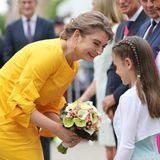 23. Juni 2019  Bei den Feierlichkeiten zum luxemburgischenNationalfeiertag bekommt Erbgroßherzogin Stéphanie von einem Mädchen einen hübschen Blumenstrauß.