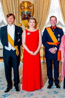 23. Juni 2019  Beim Empfang im Schloss anlässlich des Nationalfeiertags posiert Erbgroßherzogin Stéphanie von Luxemburg neben Prinz Louis von Luxemburg (l.) und ihrem Ehemann Erbgroßherzog Guillaume von Luxemburg (r.).
