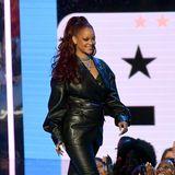 Superstar Rihanna macht im kompletten Leder-Look auf der Bühne der BET Awards eine tolle Figur.