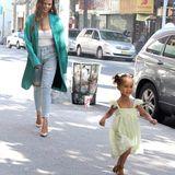 Wirbelwind Luna ist vor lauter Tatendrang kaum zu bändigen. Fröhlich flitzt sie während einer Shoppingtour durch die Straßen von New York – Mama Chrissy Teigen hat Mühe, da mitzuhalten. Kein Wunder: Während sie in High Heels unterwegs ist, läuft ihre dreijährige Tochter in bequemen Sandalen umher.