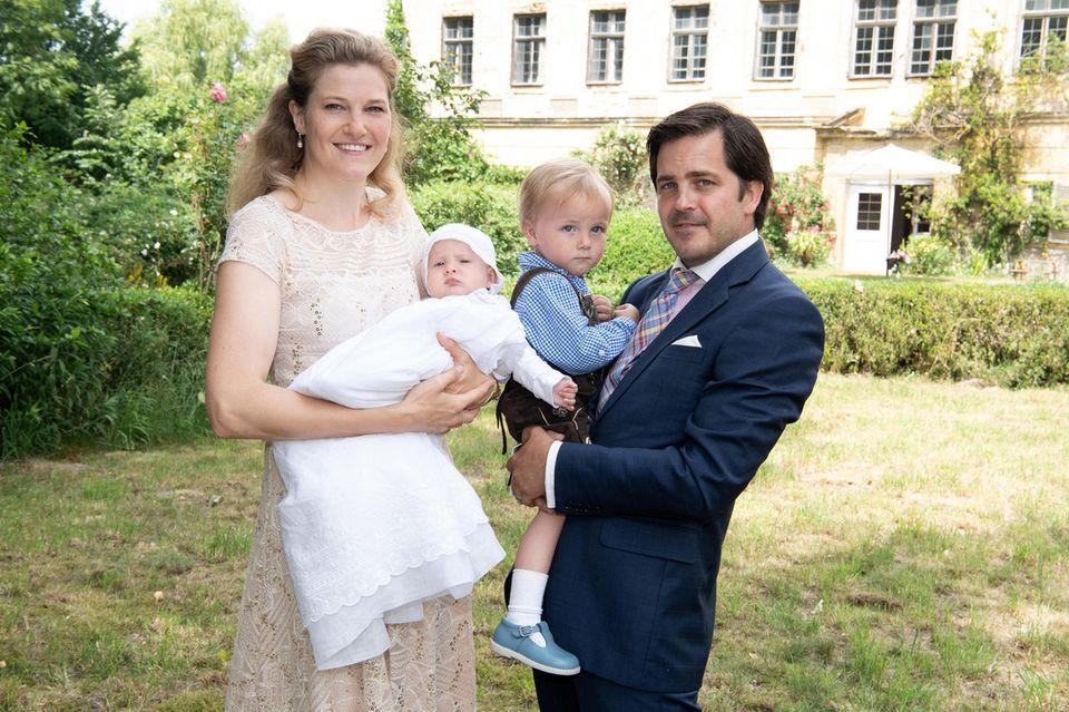 Theresa von Einsiedel undFrançois von Orléans posieren nach der Taufe mit ihren Kindern Prinzessin Marie-Amelie und Prinz Philippe vor dem Schönacher Schloss für ein Familienfoto.