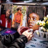 """25. Juni 2019  10 Jahre ist es her, dass Michael Jacksonmit nur 50 Jahrenan einer akuten Narkosemittelvergiftung verstarb.  Wieder kontrovers diskutiert wird das Leben undSchaffen des """"King of Pop"""" seit Erscheinen des Dokumentarfilms """"Leaving Neverland"""" im Januar 2019, der Missbrauchsvorwürfe bekräftigt.  Dabei stellt sich immer wieder die Frage, ob Kunst und Künstler, Werk und Musiker voneinander zu trennen sind."""