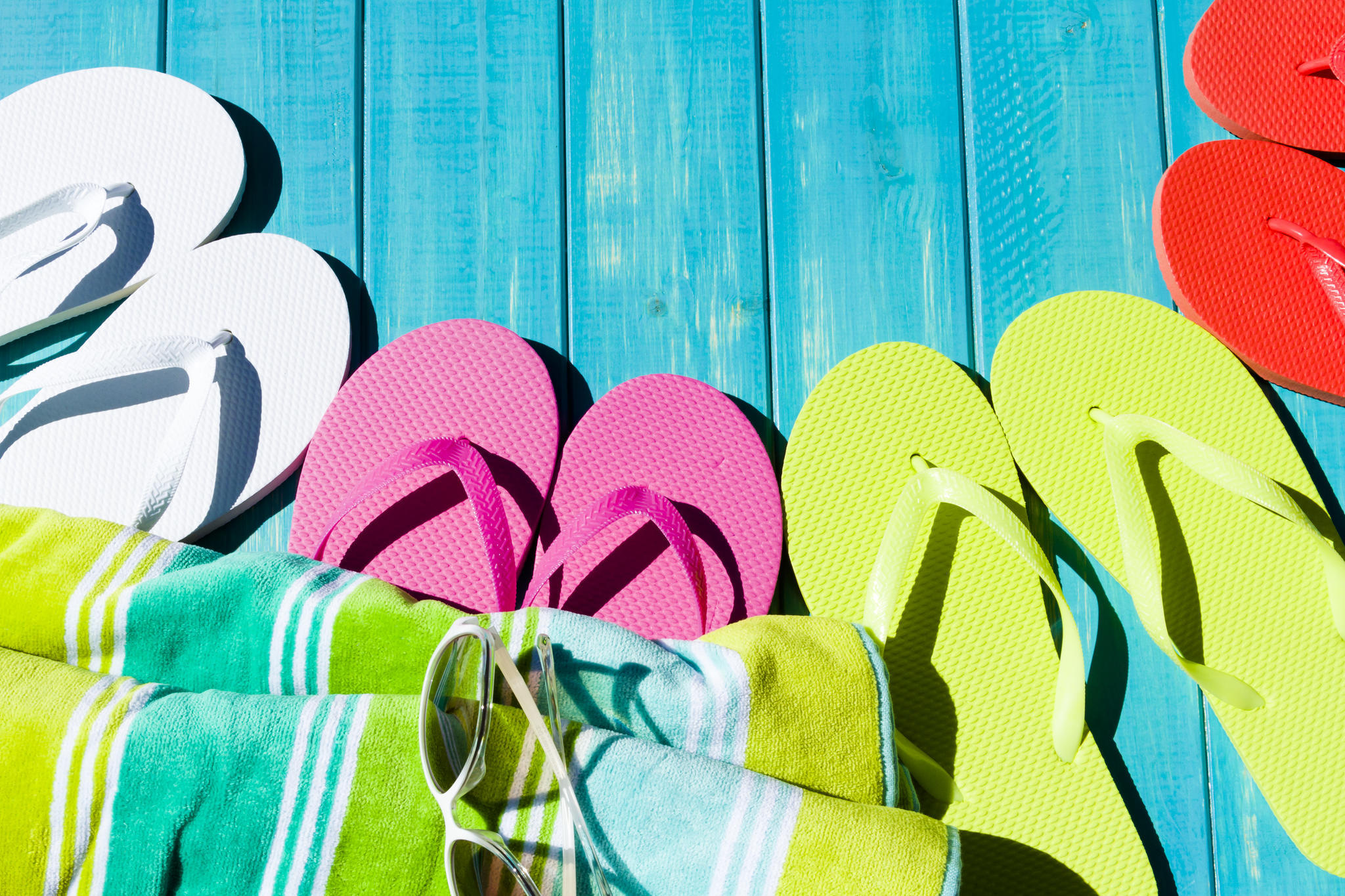 Im Schwimmbad sollten Badeschuhe getragen werden, um Fußpilz keine Chance zu geben.