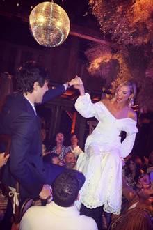 Natürlich ist auch das weiße Hochzeitskleid von Topmodel Karlie aus Baumwolle und Klöppelspitze ganz im Stil der damaligen Zeit im wilden Westen. Nur der Bräutigam wollte es mit seinem Anzugetwas moderner.