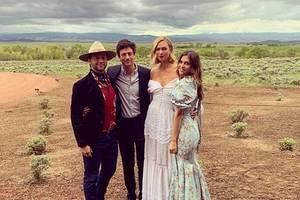 Karlie Kloss und Jared Kushner sind bereits seit 8 Monaten verheiratet, jetzt feierte das Paar aber eine zweite Hochzeitsparty ganz im Wild-West-Style. Auf einer Ranch im Wyoming konnten so illustre Gäste wie Katy Perry, Orlando Bloom Derek Blasberg und Dasha Zhukova, die dieses Bild postete,ihreinneren Cowboys und Cowgirls rauslassen.