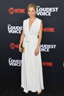 """In einem weißen Kleid à la Aphrodite sieht Sienna Miller bei der Premiere von """"The Loudest Voice"""" einfach göttlich aus. Die Kreation stammt von Oscar de la Renta und besticht durch lässige Eleganz."""