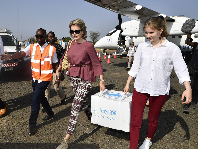 Auf dem Weg ins Flüchtlingslager packen die beiden selbst mit an und tragen die Hilfsgüter aus dem Flieger.