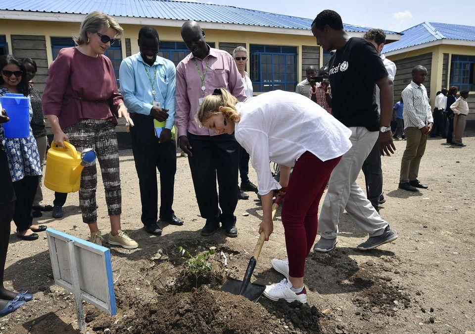 Anschließend pflanzen sie vor der Schule symbolisch einen Baum.