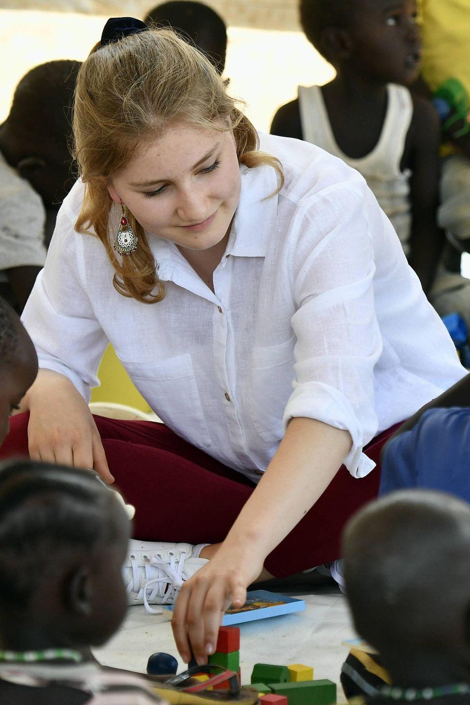 """Beim """"Livelihood Training for Young Mothers"""" im Jitegemee Centre spielt Prinzessin Elisabeth mit kleinen Kindern."""